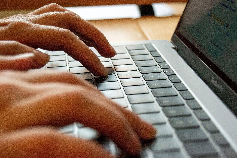 En par händer skriver på ett tangentbord