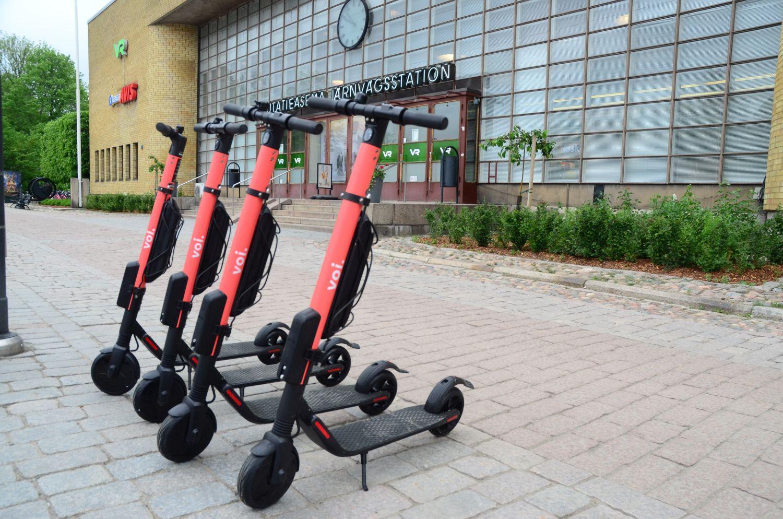 Fyra stycken hyrbara elsparkcyklar parkerade brevid varandra framför Åbo järnvägsstation