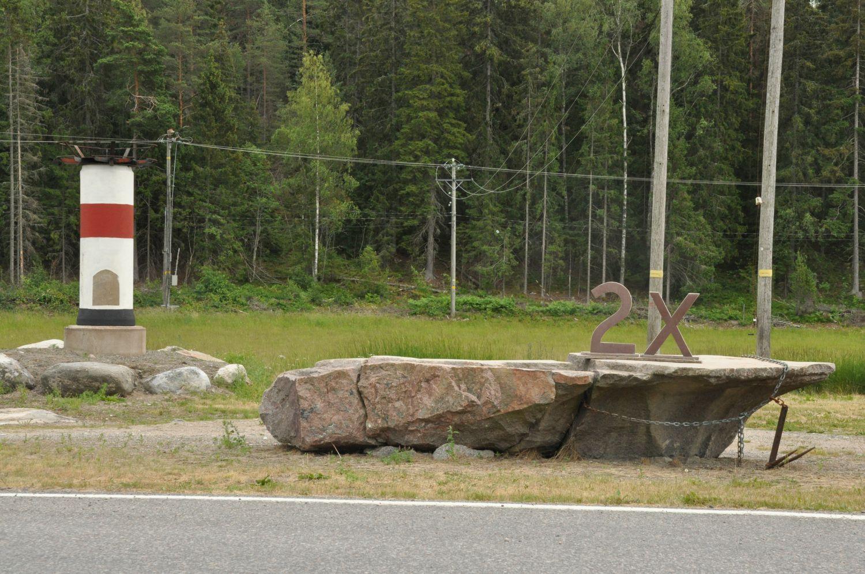 En liten fyr och staty fotograferade på ön Kakskerta i Åbo