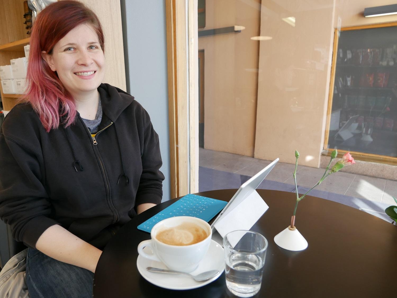 Taru Heikkonen från Lundo passar på att äta frukost ute då hon hinner innan arbetet i Åbo centrum.