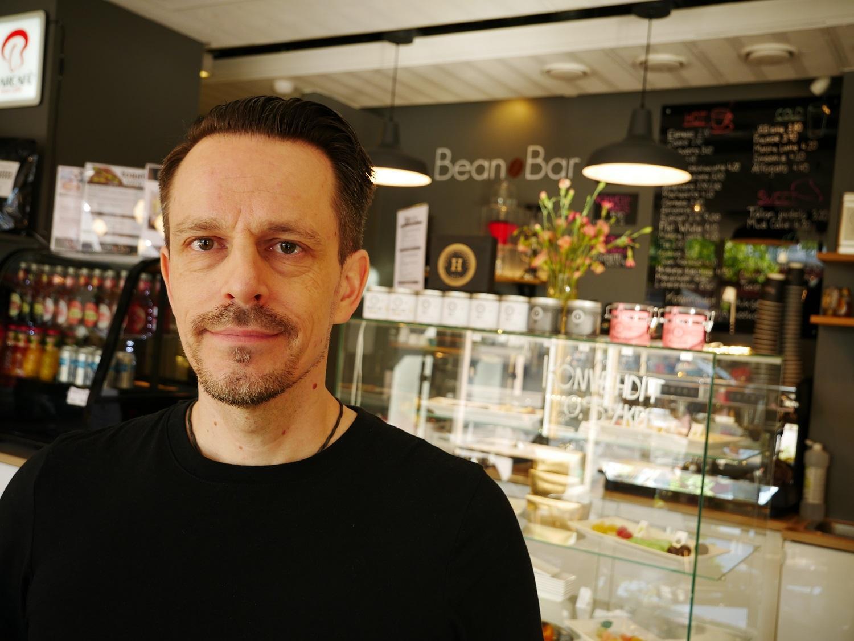 Målet var alltid att öppna tidigt och servera kaffe, och senare frukost, till de som passerade på väg till jobbet, berättar Bean Bars ägare Jani Toivonen.