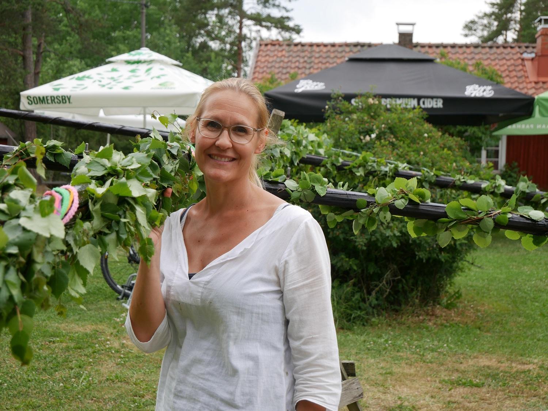 En fin tradition. Auri Norrman är med och organiserar midsommarprogrammet i Sattmark. Att dekorera midsommarstången tar flera timmar.
