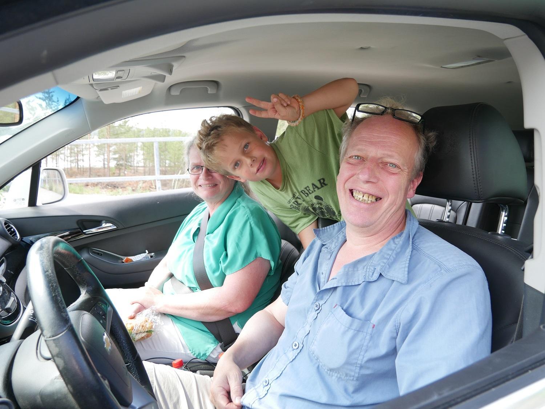 Stina Johnsson, Simon Hellström och Pähr Hellström var på väg för att fira midsommar i Norrskata. Foto: Annina Suominen