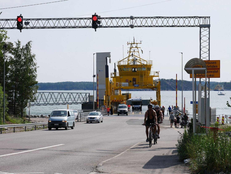 Temperaturen visade över 25 grader på torsdagseftermiddagen. Många rörde sig i trafiken längs Skärgårdsvägen, såväl bilister som cyklister.