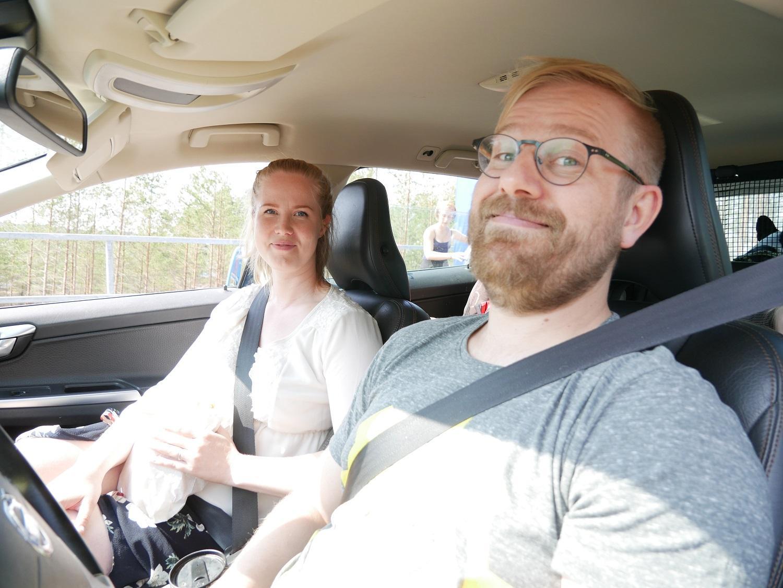 Emil och Hanna Auer med dotter och son var på väg till sommarstugan i Nagu. Kön gick så snabbt framåt att ÅU inte hann fånga barnen på bild.