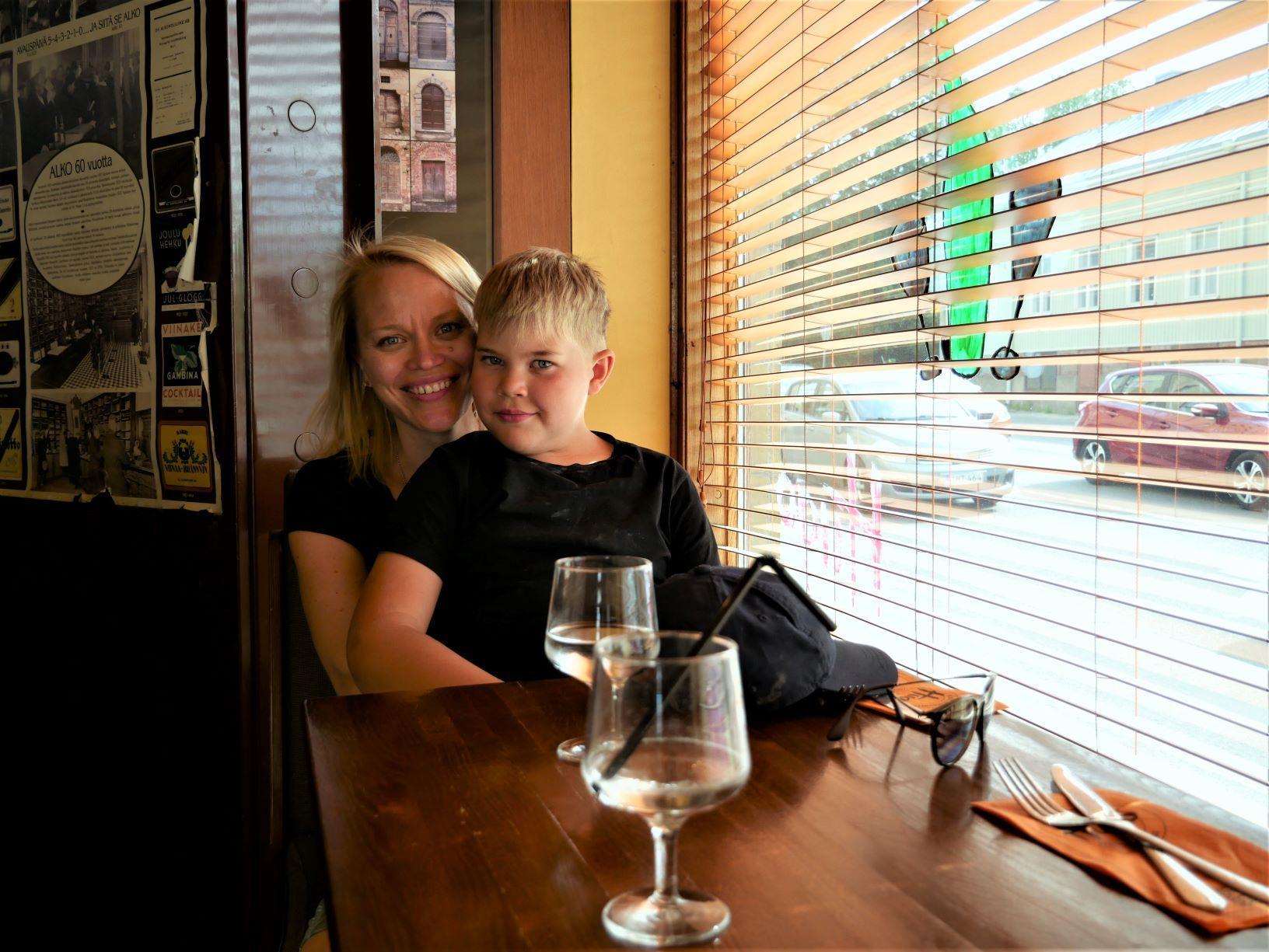 två personer vid ett bord