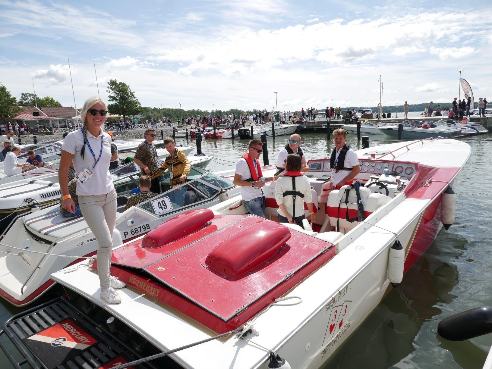 rödvit båt med besättning
