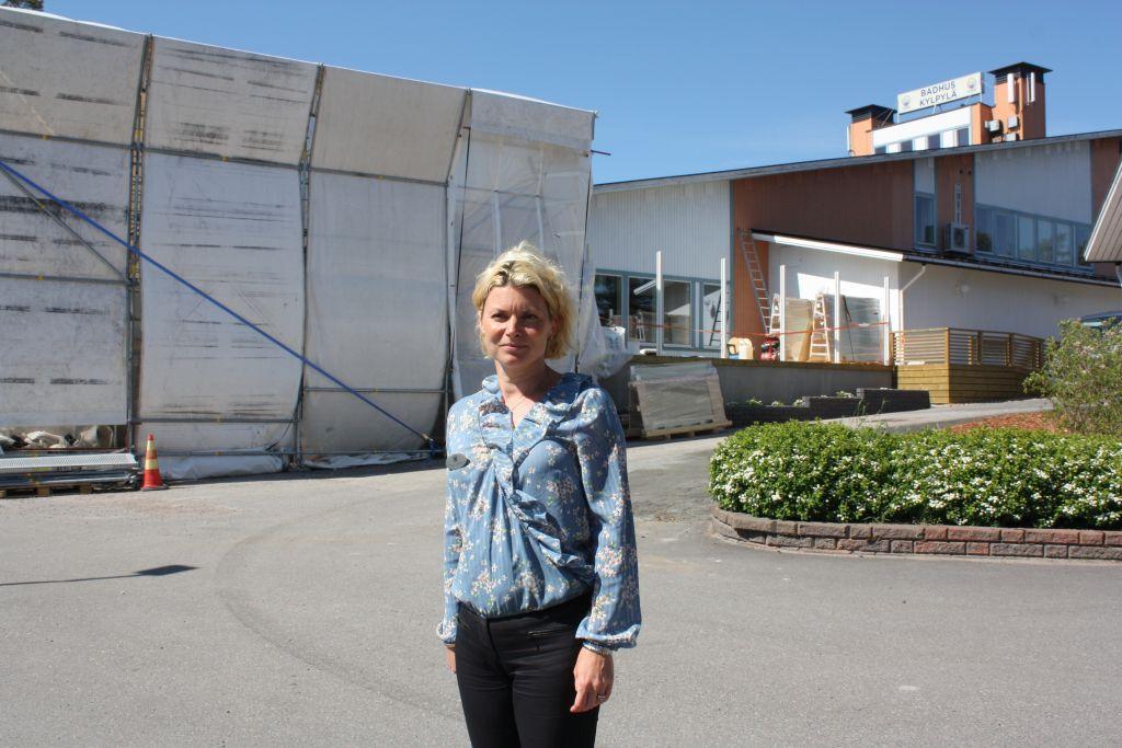 Tanja Liljeqvist med badhuset och bygget av det nya utebadet i bakgrunden