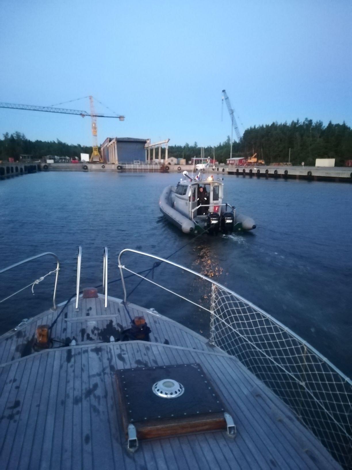 båt bogseras i skymningen