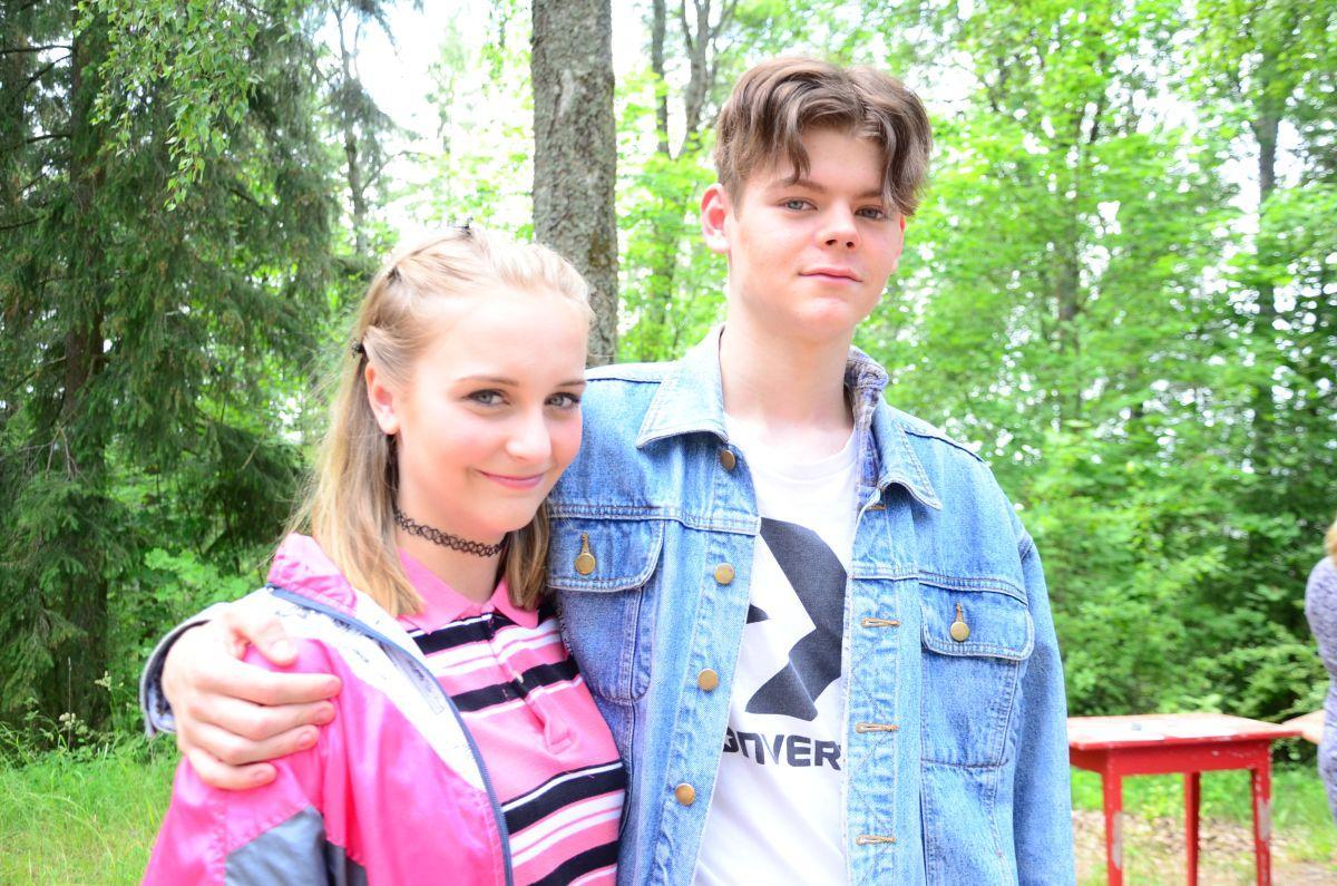 två ungdomar spelar ett ungt par i teaterpjäs