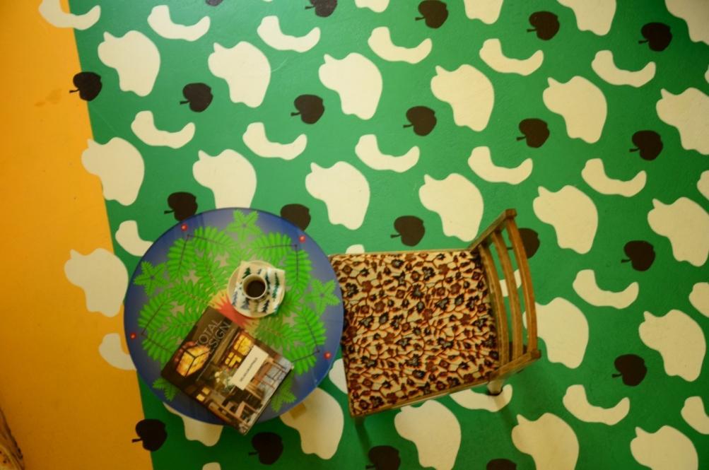 färggrant golv, kaffebord