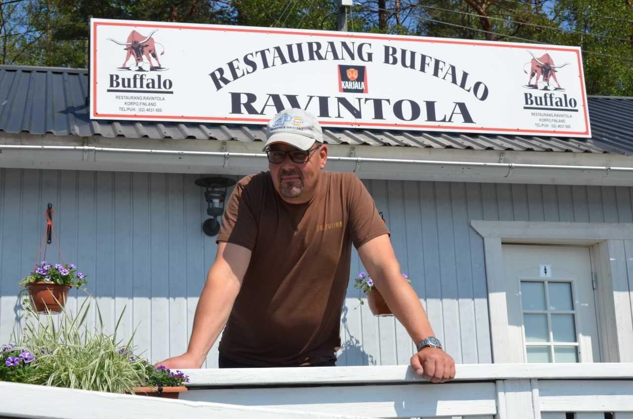 Mycket liv i Korpo på lördag. Restaurang Buffalos Kjell Eriksson är med och ordnar program vid restaurangen och gästhamnen Verkan. Där blir det bland annat provkörning av motorbåtar och bilar. Foto: Patricia Torvalds