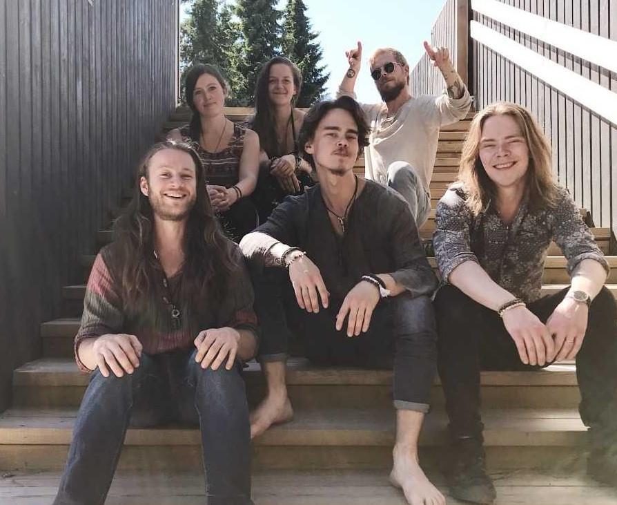 Pargasbandet Dimma består av Adrian Rantala, Jessica Bergman, , Anna Saarela, Andréas Rantala, Set Bergman och Kim Johansson. Pressbild
