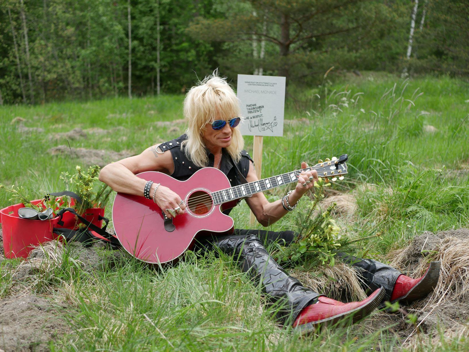 Rockartisten Monroe sitter i gräset