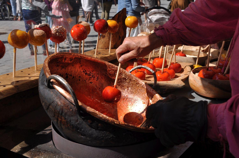 En gryta där kanderade äpplen gjörs fotade på medeltidsmarknaden i Åbo.