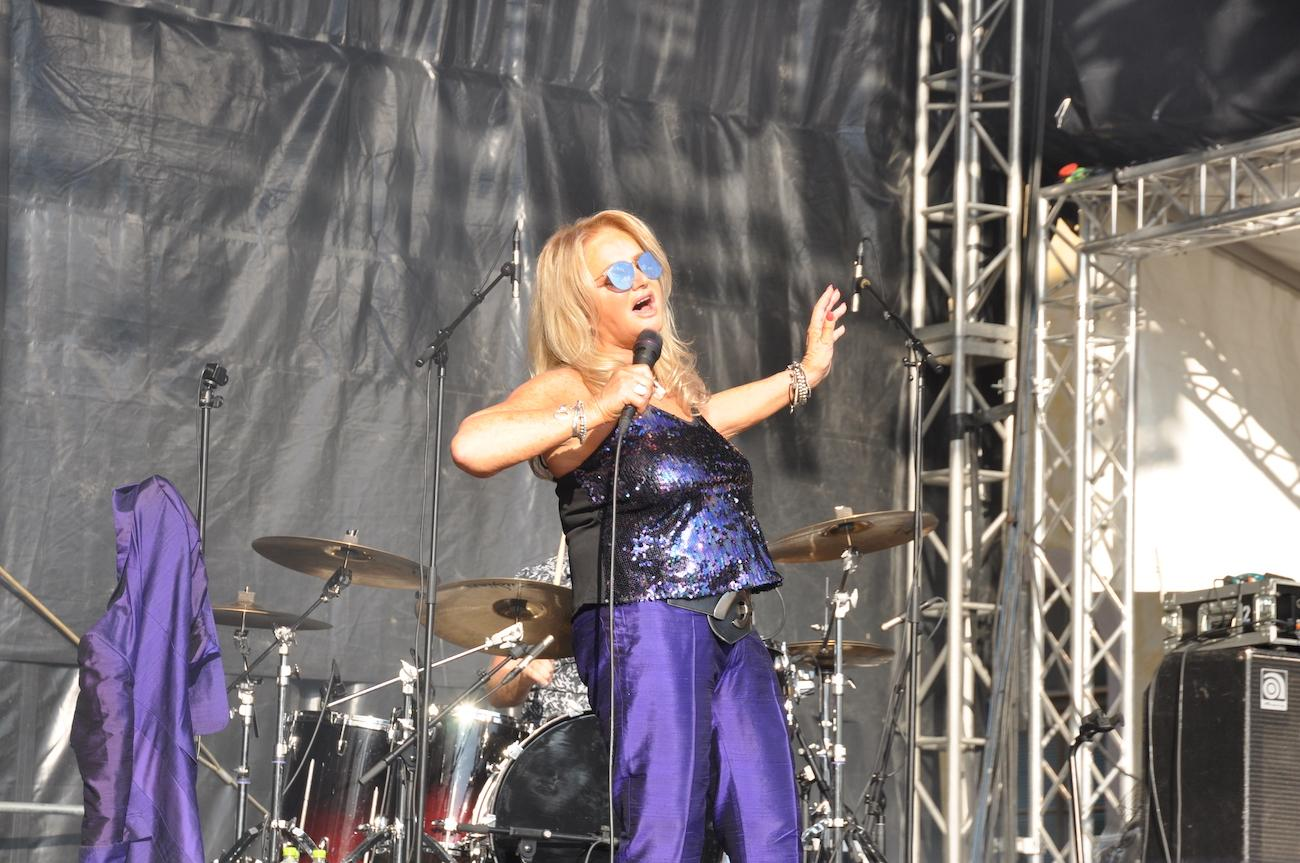 Sångerskan Bonnie Tyler uppträder