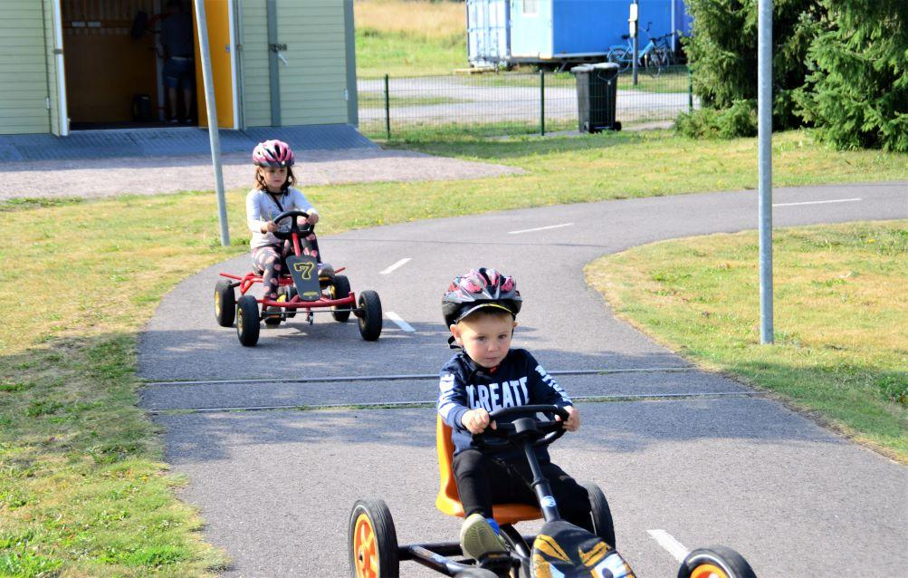 Lenni och Ellen Lankinen kör trampbil