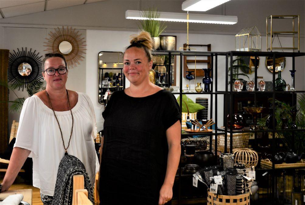 Ann-Charlotte Vuorio (till vänster) och Minna Lindberg i sin inredningsbutik.