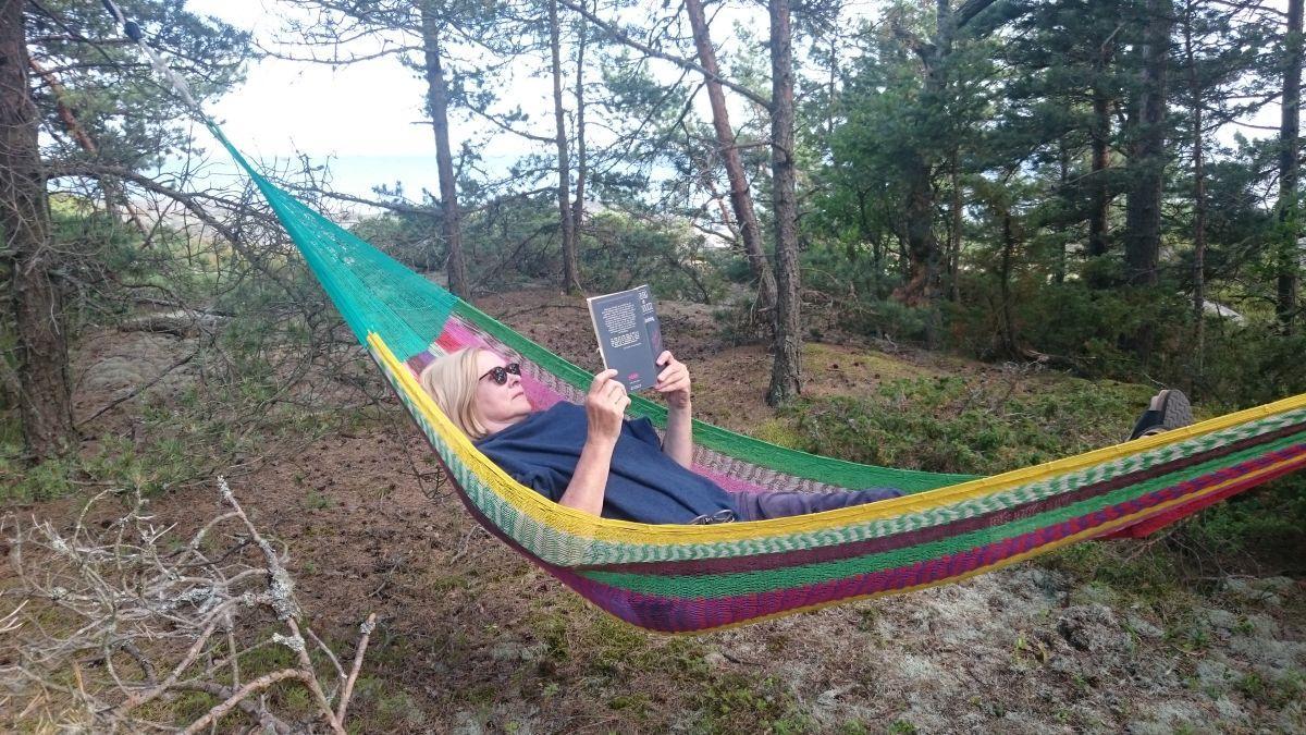 kvinna ligger i en hängmatta, fotot är privat
