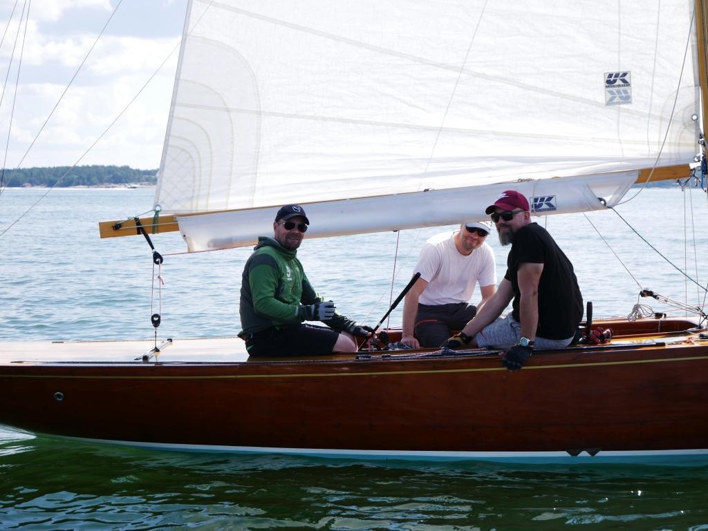 Juha Lökström, Juha Näsi och Jussi Larva tävlar med Helsingforsbåten Birgitta, byggd 1938. De flesta båtarna som tävlar i Airisto classic-regattan är av äldre modell.