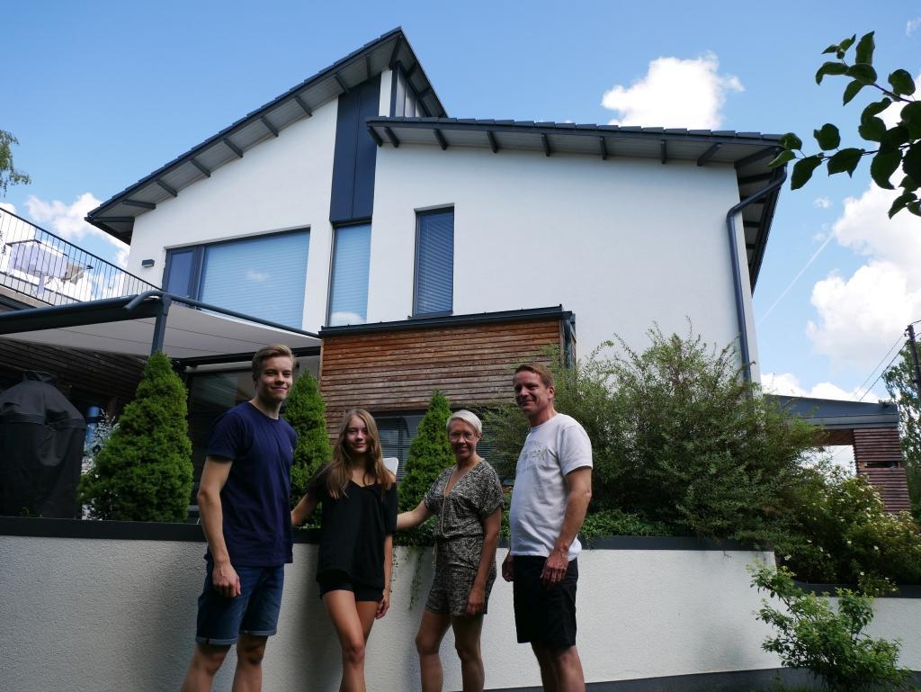 Ville bo på området. Familjen Enroth hör till dem som byggt ett nytt hus i Långbacka. De flyttade till sin tomt år 2012, efter att ha bott i Suikkila och konstaterat att de ville bo kvar på området. Från vänster Hugo, Wilma, Sari och Björn.