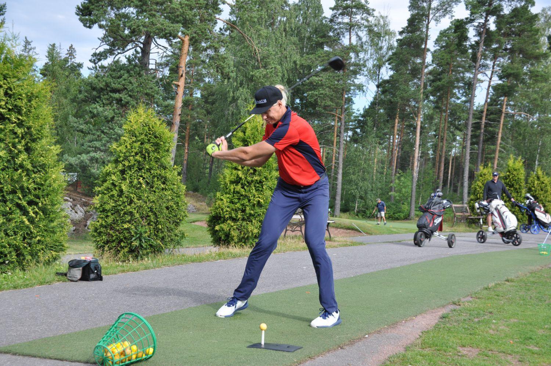 Golfaren Teemu Pitkänen slår ett golfslag på en golfbana i Nådendal.