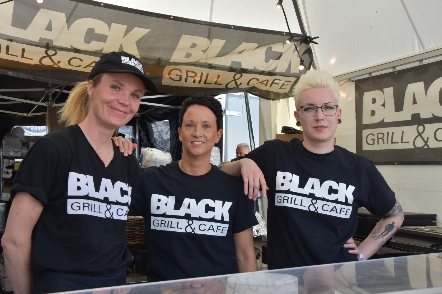 "tre kvinnor i ""Black bar and café""-t-skjortor."