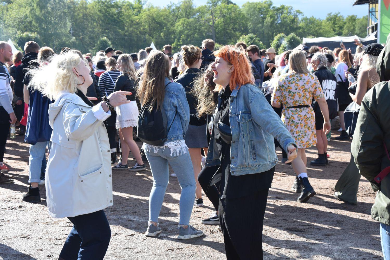två flickor dansar i en konsert publik