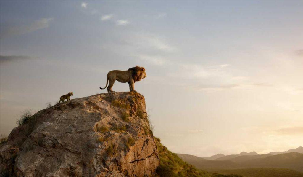 Ett datoranimerat lejon står på en klippa och ser mot solnedgången