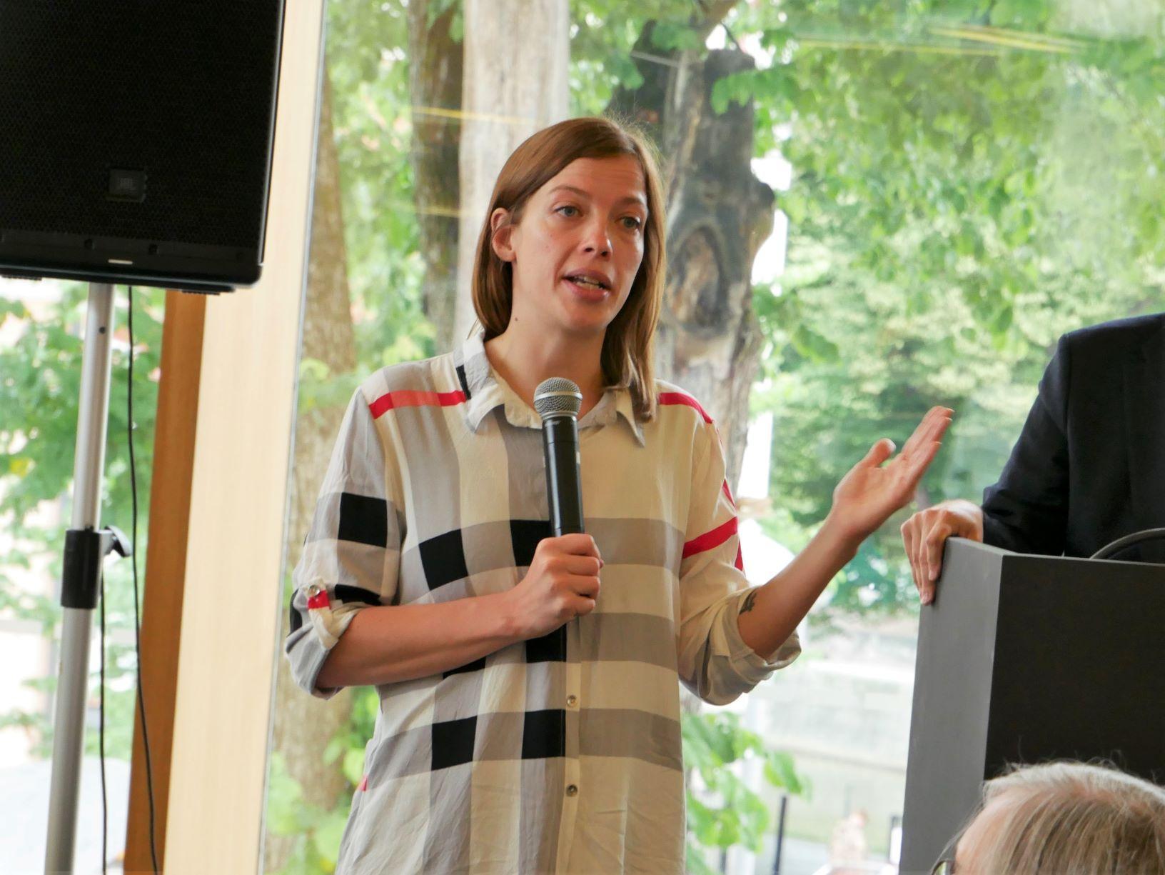 Li Andersson talar i mikrofon