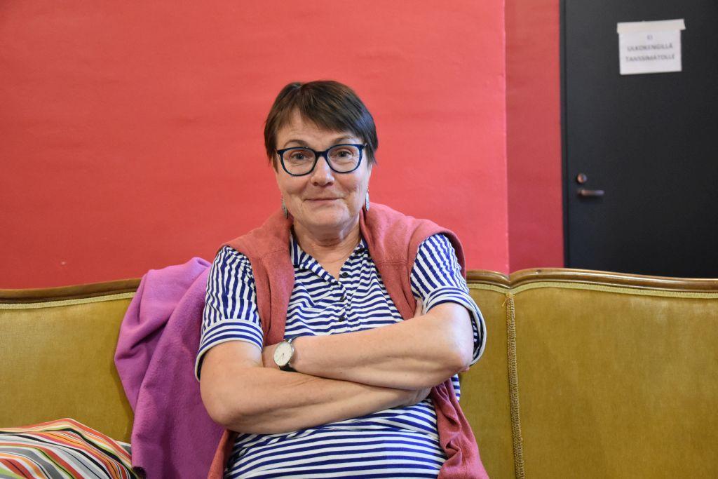 En kvinna sitter i en soffa.