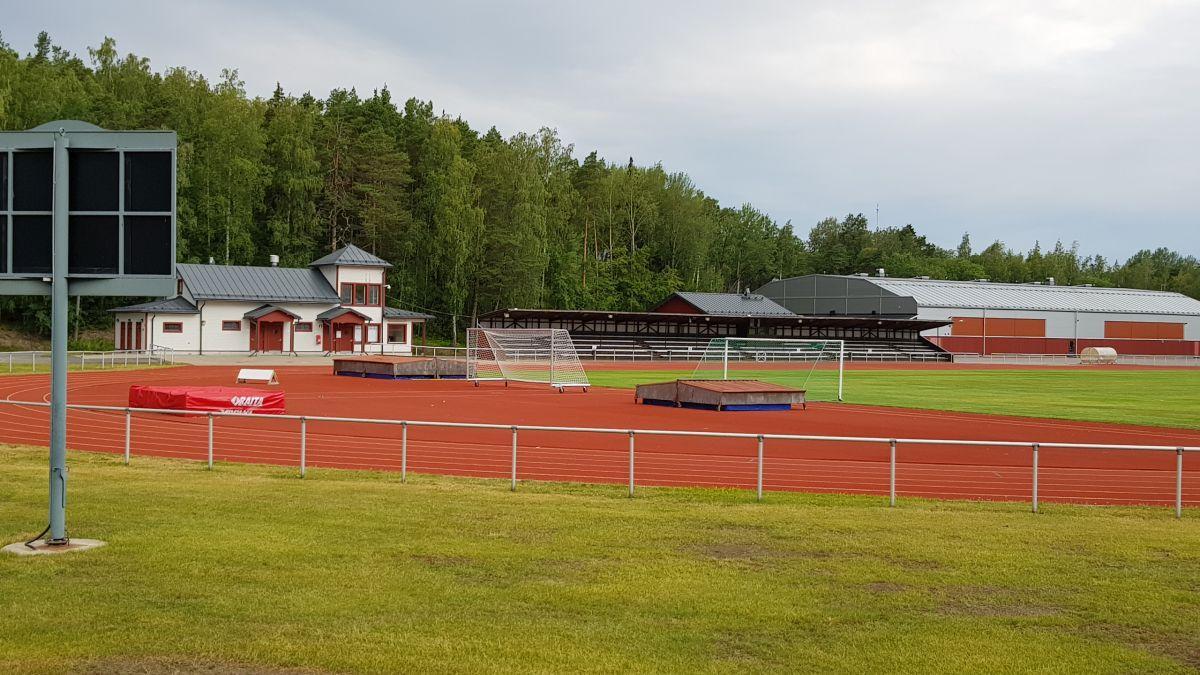 sportplan med fotobllsplan, läktare och löpbanor