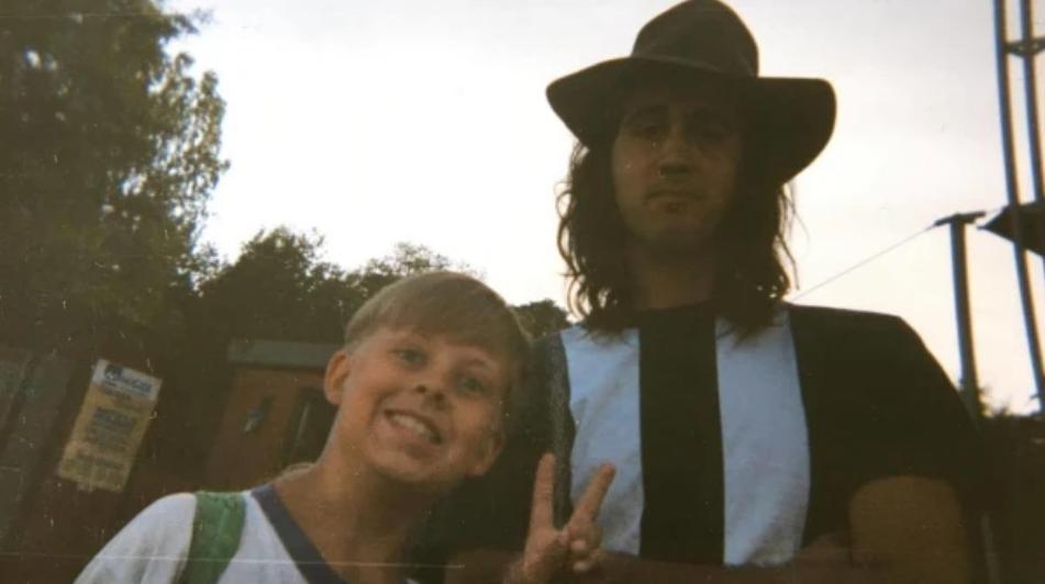 Sam Sihvonen poserar glatt bredvid Nirvanas basist Krist Novoselic.