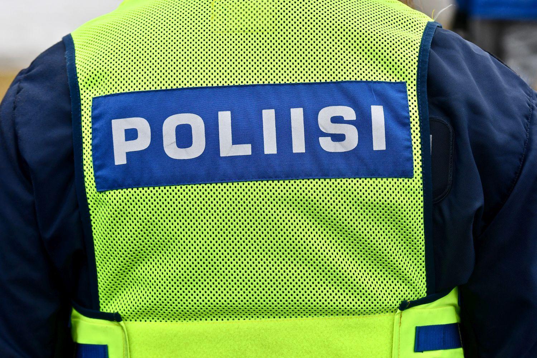 Polis med gul väst på ryggen.