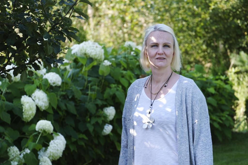 Linnéa Henriksson, universitetslärare vid Åbo Akademi, får ibland frågan om hur hennes politiska engagemang påverkar hennes akademiska arbete. Enligt henne kan det vara en stor fördel att syssla med både och.