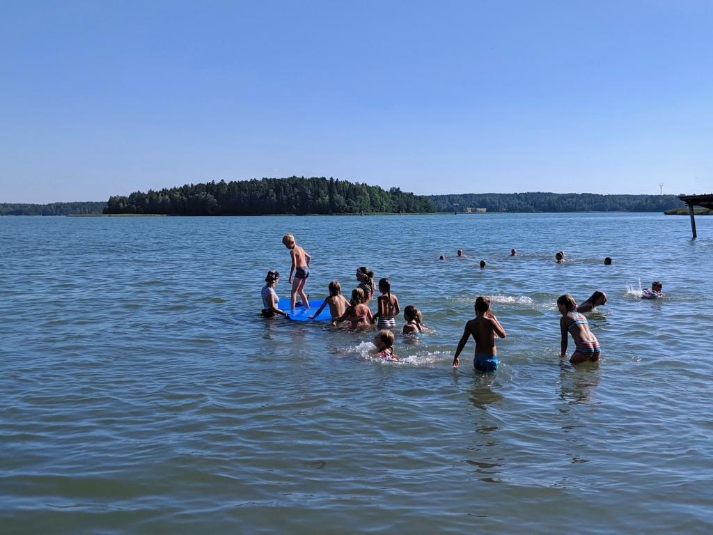 Barn i vattnet.