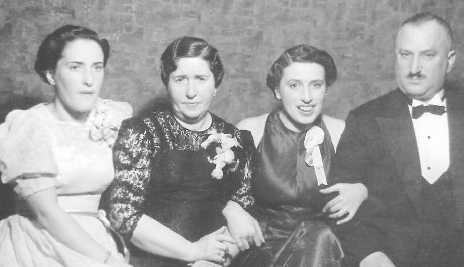Fyra vuxna människor på ett svart-vitt fotografi.