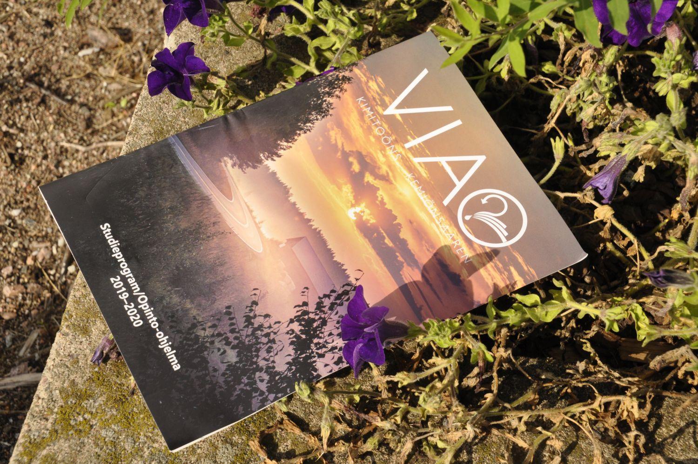 En broschyr med en vacker landskapsbild. Prydd av logon VIA.