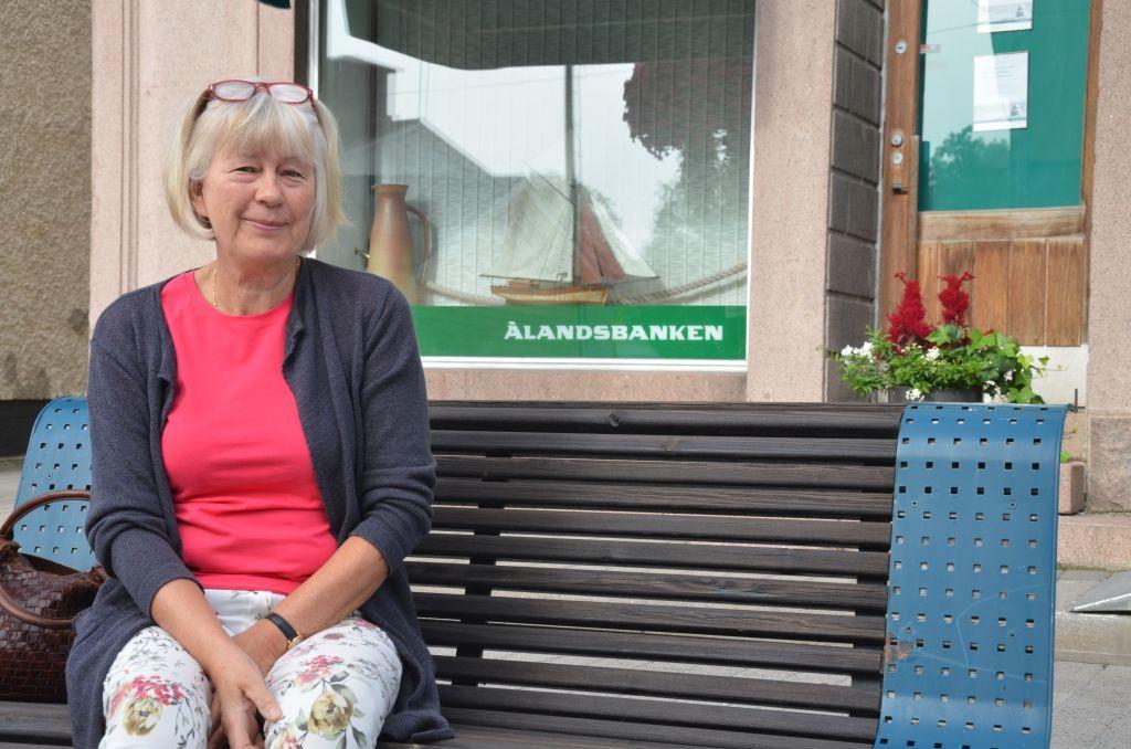 En kvinna sitter på en bänk