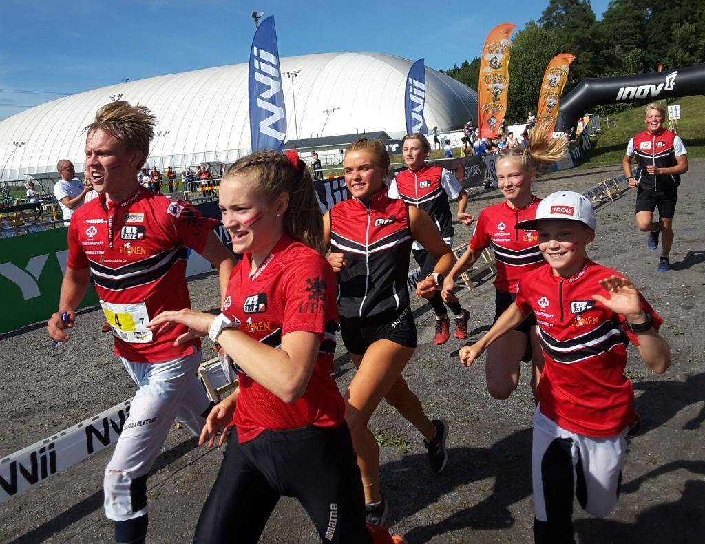 Ungdomar springer i orienteringskläder.