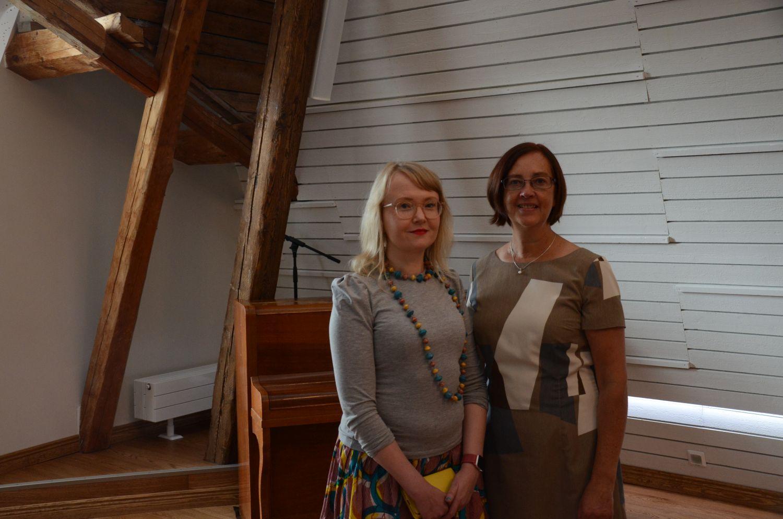 Johannna Slotte Dufva och Ann-Mari Backman står i Villa Vindens nyrenoverade konsertsal. I bakgrunden syns ett piano.