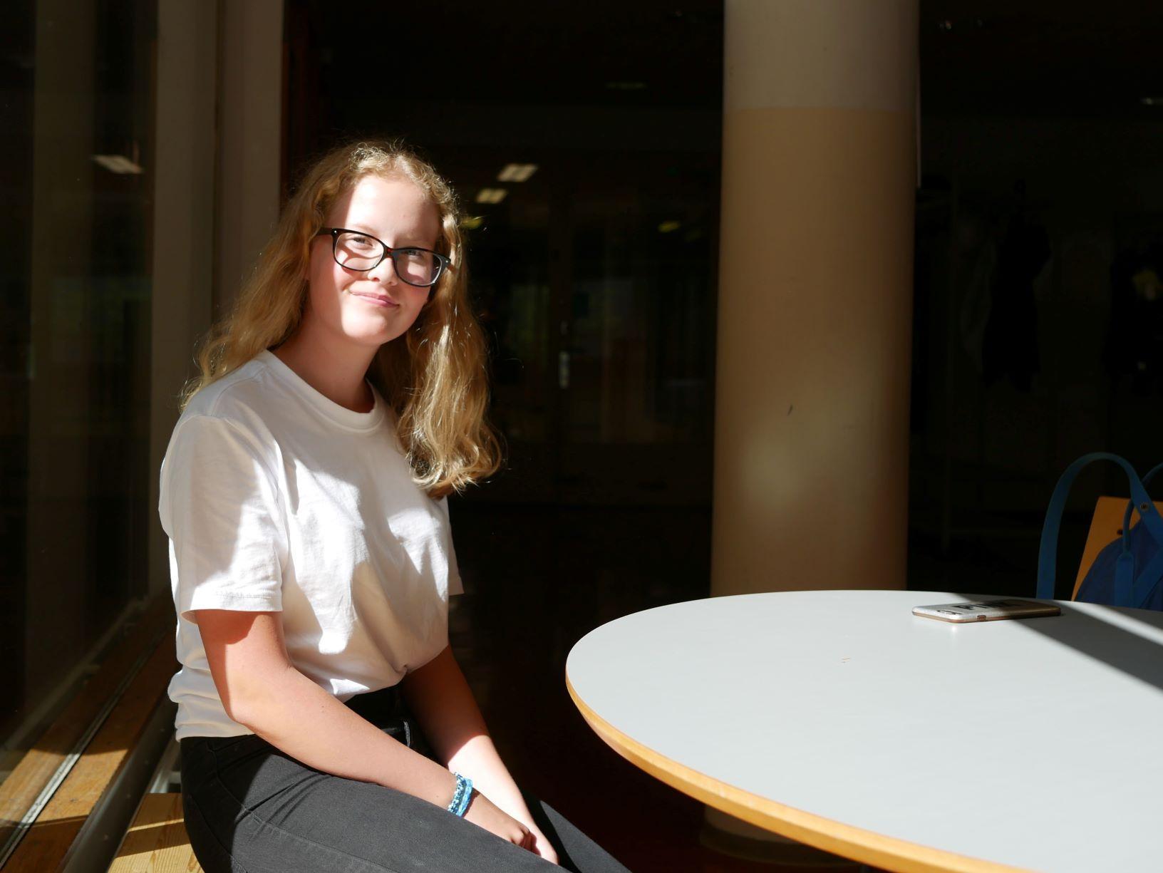 En elev sitter vid ett bord