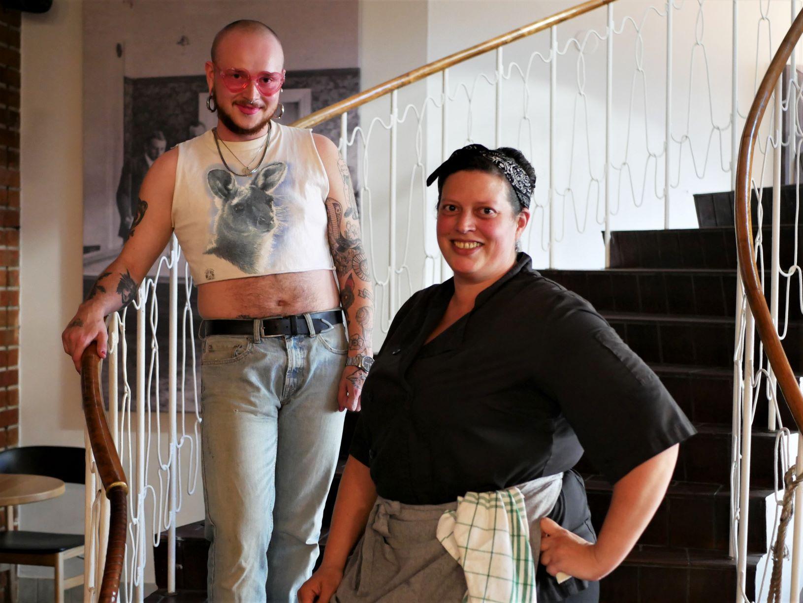 två personer står i en trappa