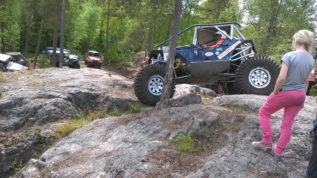 En terrängbil kör på berg i skogen