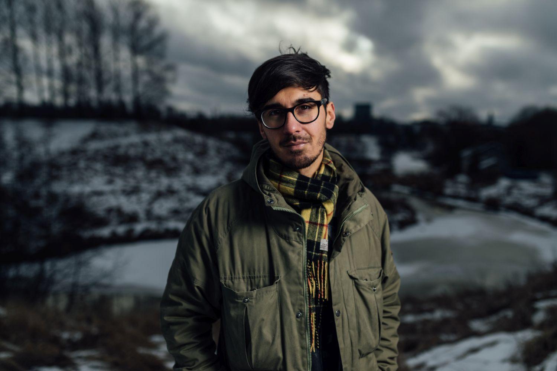En man i mörkt vinterlandskap