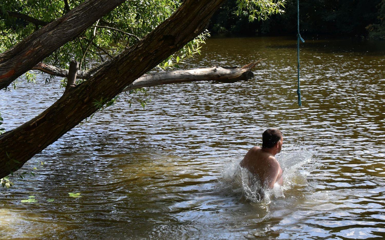 Man hoppar i en å