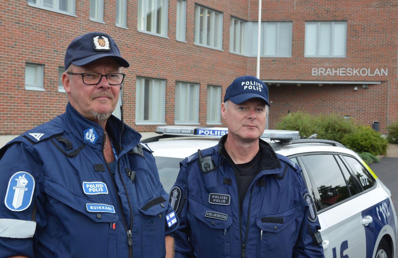Två poliser framför en skola