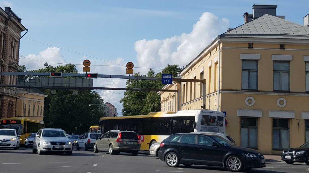 Bilar och bussar i en korsning.