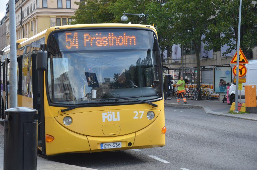 """En gul Föli-buss med texten """"54 Prästholmen"""""""