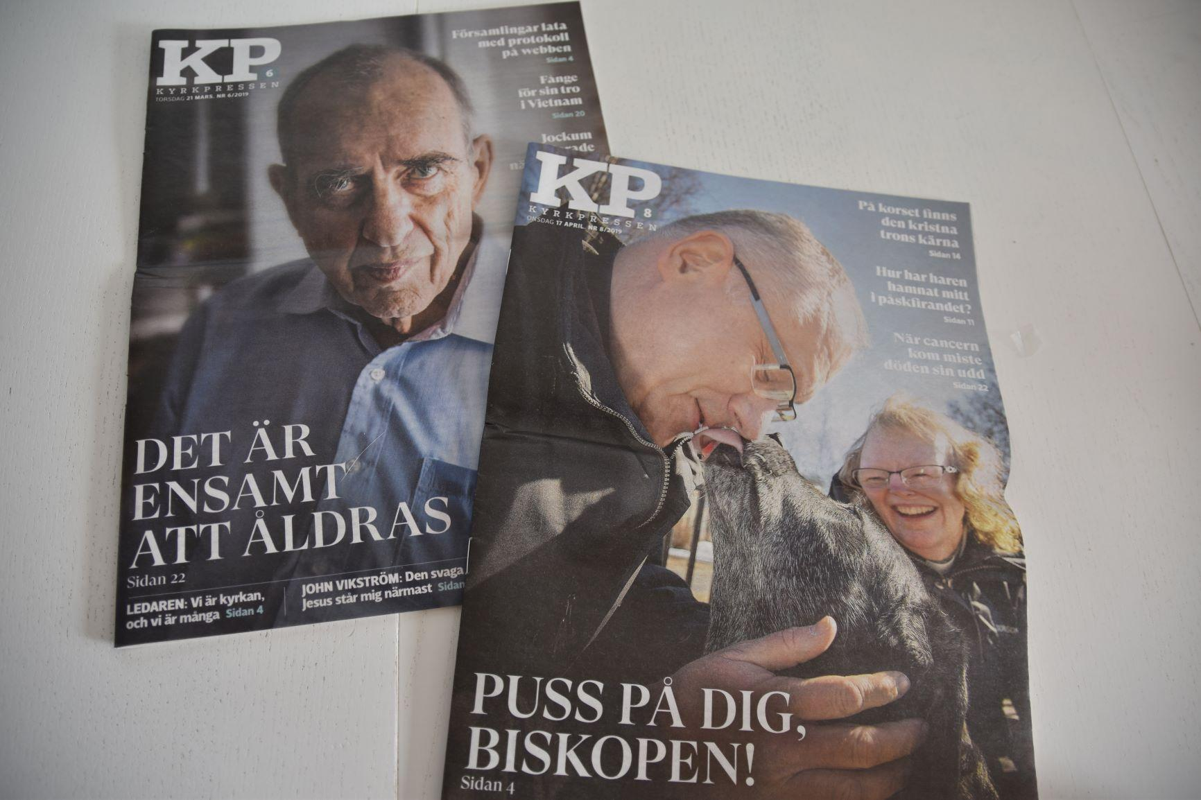 Två tidningar på ett bord